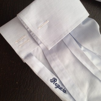Nombre bordado en puño de camisa.