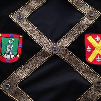 Escudos apellidos bordados.