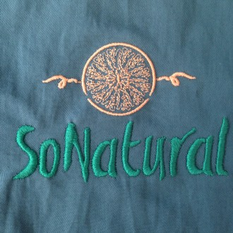 Logo en camisa.So Natural.
