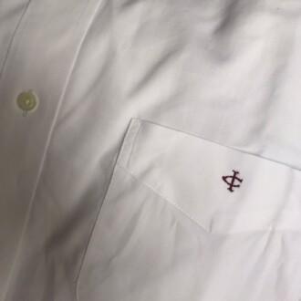 Camisa con logo personalizado